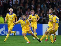 Volodko (2.v.li.) feiert sein soeben erzieltes 1:0