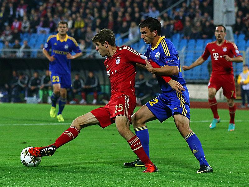 Müller gegen Baryssaus Simic (re.)