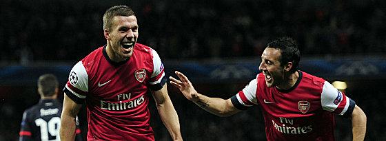 Lukas Podolski (li.) und Santi Cazorla