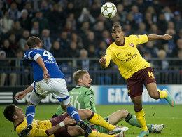 Das 1:0 für Arsenal! Walcott legt den Ball an Giroud, Höwedes und Unnerstall vorbei, schießt dann locker ein.