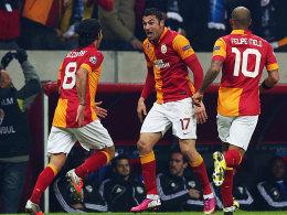 Selcuk Inan, Burak Yilmaz und Felipe Melo (v.li.) feiern das 1:0