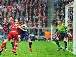 Wie ein bayerischer Ochse senkt Müller das Haupt und geht zum Angriff über: Gleich klingelt es im Gästetor.