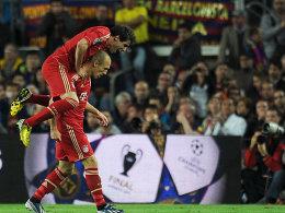 Arjen Robben nimmt Javi Martinez auf den Rücken