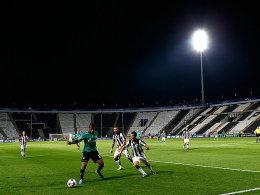 Vor leeren Rängen behauptet Schalkes Farfan den Ball gegen zwei Gegenspieler