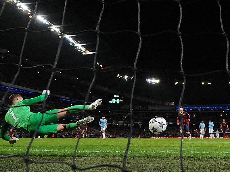 Die Führung für Barcelona: Messi schießt den Foulelfmeter humorlos in die Mitte, Hart (vorne) ist geschlagen.