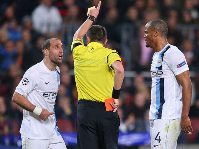 Schiedsrichter Stephane Lannoy fiel durch strittige Entscheidungen auf - hier schickte er Pablo Zabaleta mit Gelb-Rot vom Feld.