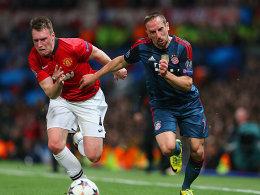 Manchesters Phil Jones im Laufduell mit Franck Ribery (re.).