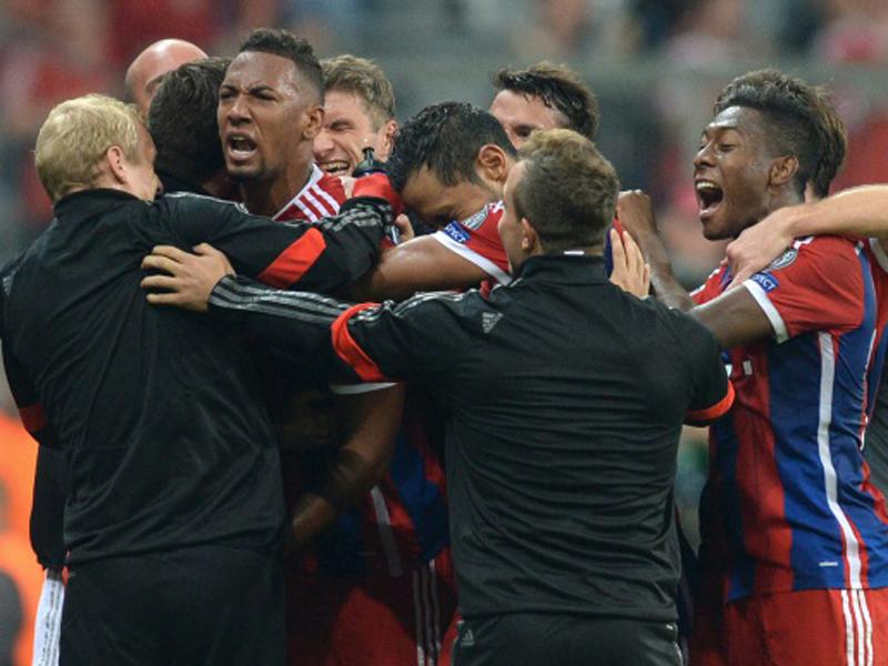 Späte Jubeltraube: Jerome Boateng erlöst den FC Bayern und freut mit der halben Mannschaft.
