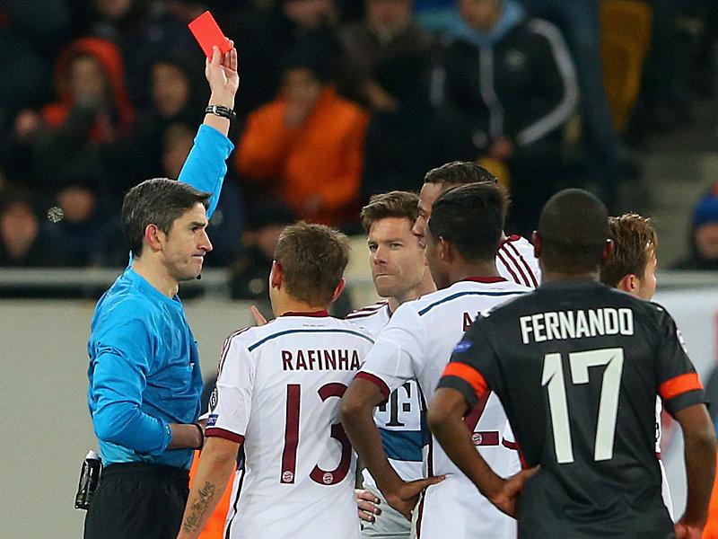 Xabi Alonso sieht die Gelb-Rote Karte.