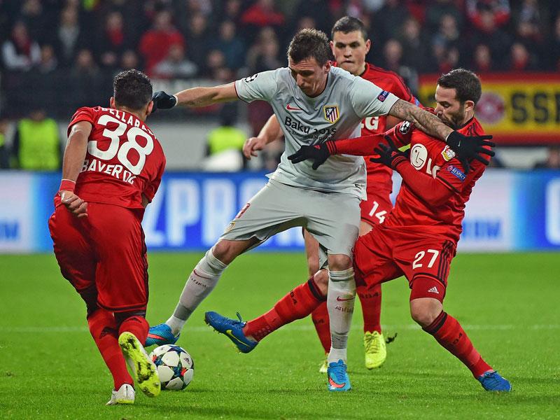 Mandzukic behauptet das Leder gegen Castro, Bellarabi eilt seinem Teamkollegen zur Hilfe.