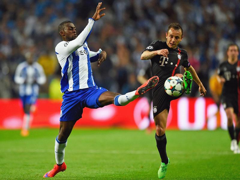 Umkämpft: Portos Knipser Jackson im Duell mit Bayerns Rechtsverteidiger Rafinha.
