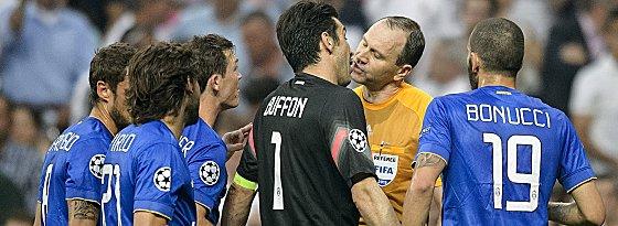 Gianluigi Buffon (Mi.), Jonas Eriksson (2.v.re.)