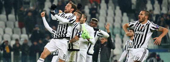 Absprung einmal mehr zu Hause geschafft: Die Juve-Spieler feiern mit den Fans.
