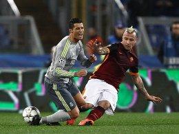 Roms Radja Nainggolan räumt Reals Cristiano Ronaldo ab.