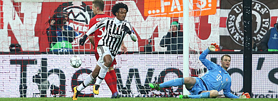 Juan Cuadrado, Manuel Neuer (r.)