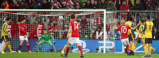 Was für ein Tor! Arjen Robben (#10) schließt mit dem linken Fuß ab und trifft in den Torwinkel.