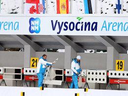 Letzte Vorbereitungen in Nove Mesto: Arbeiter befestigen Zielscheiben am Schießstand.