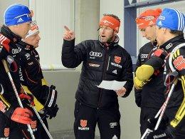 Letzte Teambesprechungen: Mark Kirchner mit Simon Schempp, Florian Graf, Arnd Peiffer und Erik Lesser (v.l.).