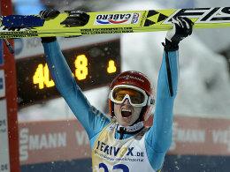 Da muss die Freude raus! Richard Freitag gewann das Skifliegen von Oberstdorf.
