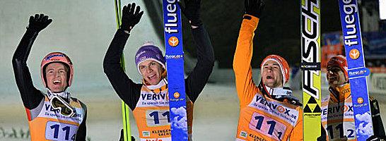 Erfolgreicher Weltcup-Auftakt: Das deutsche Skispringer-Quartett bejubelt den Sieg im Teamwettbewerb.
