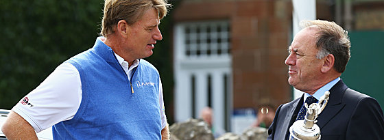 Der Vorjahressieger übergibt den Pokal: Ernie Els in Muirfield mit Peter Dawson, Chief Executive of The R&A.