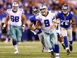 Auch zu Fuß gut unterwegs: Tony Romo warf drei Touchdown-Pässe, enteilt hier aber auch seinen Jägern.
