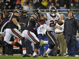 Stark am Boden, sorgte aber nach einem Pass für den einzigen Touchdown in Chicago: Houstons Running Back Arian Foster (re.).
