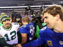 Gratulation: Aaron Rodgers (mit Movember-Bärtchen) reicht Eli Manning (re.) die Hand.