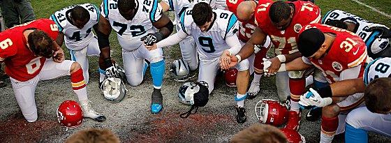 Gemeinsames Gebet: Chiefs und Panthers versammelten sich nach dem Spiel in Gedenken an Jovan Belcher.