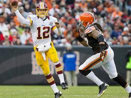 """Füllte die Lücke, die """"RGIII"""" hinterließ, prächtig aus: Redskins-Quarterback Kirk Cousins, hier gejagt von Defensive End Jabaal Sheard (re.)."""