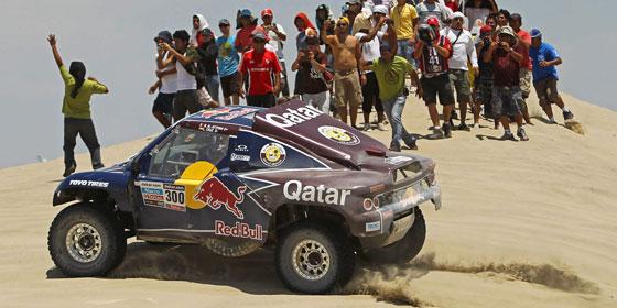 Nasser Al-Attiyah rast an ein paar Zuschauern vorbei zum ersten Etappensieg bei der Dakar.