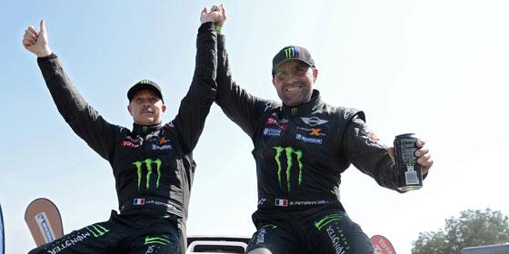 Stéphane Peterhansel (re.) und Co-Pilot Jean Paul bejubeln ihren Erfolg bei der Dakar.