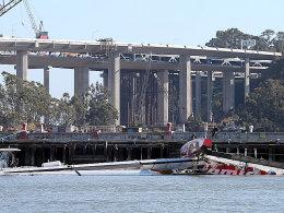 "Zeuge des tragischen Unglücks: Das Wrack des Katamarans ""Artemis Racing AC-72"" am Hangar 3 bei Treasure Island vor San Francisco."