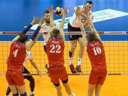 Georg Grozer (2.v.r.) schmettert den Ball an Serbiens Abwehr vorbei.