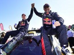 Gesamtsieger jubeln so: Peugeot-Pilot Stephane Peterhansel (re.) und Beifahrer Jean Paul Cottret.