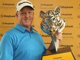 Glücklicher Sieger in Kuala Lumpur: Marcus Fraser gewann den beeindruckenden Pokal.