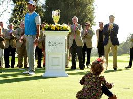 Siegerfoto mit Silberware und Tochter Dakota: Bubba Watson.