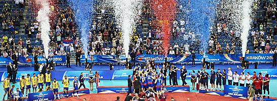 Die Party kann steigen: Serbiens Volleyballer feiern den Weltliga-Sieg.