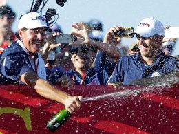 Die US-Golfer feiern ihren Triumph bei Ryder Cup über Europa.