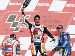 Große Freude: Marc Marquez (Mitte) feiert seinen Erfolg.