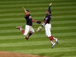 Hoch die Hände! Francisco Lindor und Rajai Davis feiern den Auftaktsieg der Indians.