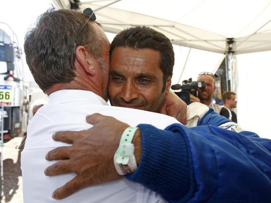 VW-Motorsportdirektor Kris Nissen freut sich mit Nasser Al-Attiyah. Der Pilot aus Katar, ein Weltklasse-Tontaubensch�tze, siegte mit seinem Berliner Beifahrer Timo Gottschalk erstmals bei der Rallye Dakar.