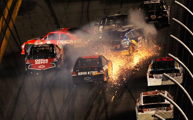 Zu dritt, zu viert fahren die Boliden beim NASCAR-Rennen nebeneinander. Ein kleiner Rempler reicht, dann dreht sich einer, ein anderer schrammt an der Mauer entlang. Die nachfolgenden Piloten rasen durch den Funkenflug.