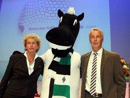"""Projektleiterin Dagmar Jansen, Gladbachs maskottchen """"Jünter"""" und Borussia-Vizepräsident Rainer Bonhof freuen sich über den Lernanstoß 2009."""