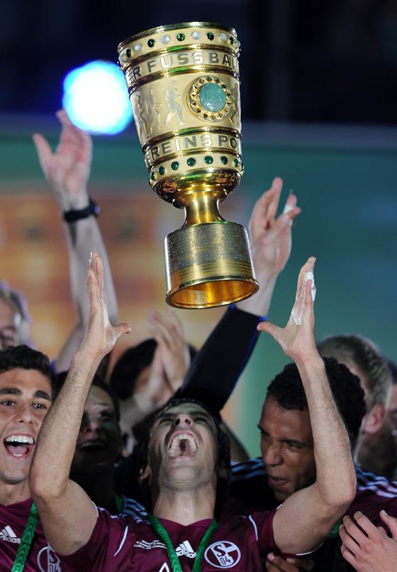 Das Sportfoto des Jahres: Ein glücklicher Raul nach dem Sieg im Finale des DFB-Pokals.