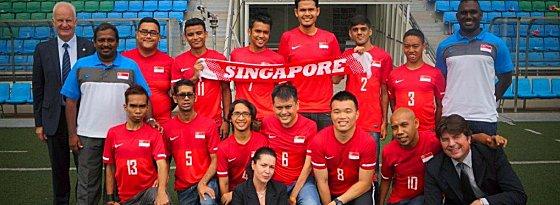 Bernd Stange (li.), Roland Bischof und Cerebral Palsy Team von Singapur.
