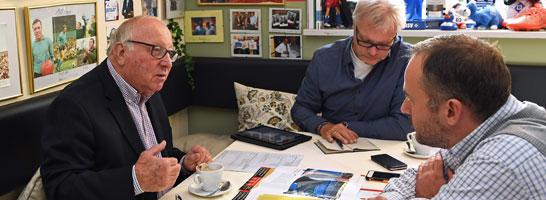 Uwe Seeler im Gespräch mit Jean-Julien Beer aus der kicker-Chefredaktion (re.) und Reporter Hans-Günter-Klemm.