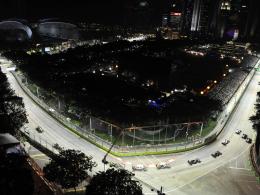 Singapur bei Nacht: Der Marina Bay Street Circuit in gleißendes Licht getaucht.