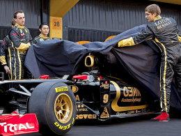 Der Pole Robert Kubica (l.) und Vitaly Petrov (r.) enthüllen den neuen Renault.
