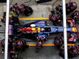 Es gibt viel zu tun: Weltmeister Sebastian Vettel mit der Red-Bull-Boxencrew.